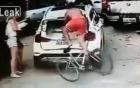 Đang đi xe đạp bị ô tô húc hất văng lên nóc