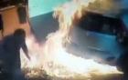 Kinh hoàng người phụ nữ châm lửa đốt vòi bơm xăng