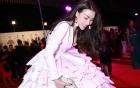 Trà Ngọc Hằng gặp sự cố khi diện váy nặng 150kg đi sự kiện