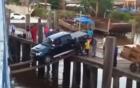 Nghẹt thở với màn lái xe ô tô qua 2 thanh gỗ nhỏ lên tàu