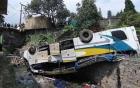 Ô tô nổ lốp lao xuống khe núi, 17 học sinh tử nạn
