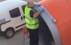 Sốc cảnh nhân viên dùng băng dính dán động cơ máy bay
