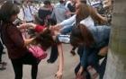 Video: Nữ sinh trộm tiền bị đánh giữa đường