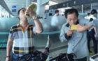 Tiếc của, uống cạn chai rượu kích dục ngay tại sân bay