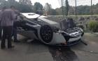 Mexico: Siêu xe lật ngửa, lái xe mắc kẹt vì cửa xe cánh chim