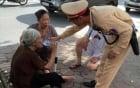 Cụ bà 83 tuổi say nắng ngất giữa đường được CSGT cứu giúp