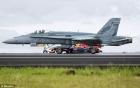 Xem màn đọ tốc độ giữa máy bay chiến đấu F/A-18 và xe đua F1