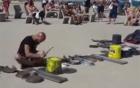 Chàng trai gây sốt với màn chơi trống bằng xoong chảo, thùng nhựa