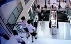 """Video: Mẹ kịp cứu con trước khi bị thang cuốn """"nuốt chửng"""""""