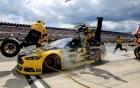 Vào pit stop, tay đua Nascar hất văng 2 người đồng đội lên capo