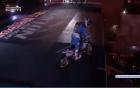 Video: Mạo hiểm với màn mô tô bay qua Khải Hoàn Môn