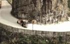 Video: Màn drift xe thót tim trên núi Tianmenshan