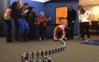Video: Ngỡ ngàng hiệu ứng domino 10.000 chiếc iPhone siêu đẹp