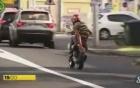 Thanh niên dùng tay che biển số trốn cảnh sát