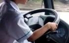 Bố bé trai 6 tuổi lái xe ô tô bị lập biên bản