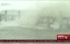 Cảnh ô tô lật ngược, người bò trong bão lớn ở Trung Quốc
