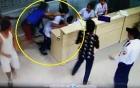 Video thanh niên rút dao đâm bệnh nhân đang cấp cứu 2