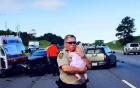 Sốt với bức ảnh vị cảnh sát già vỗ về bé sơ sinh sau tai