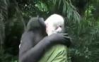 Khoảnh khắc xúc động chú vượn ôm từng người khi chia tay