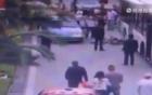 Người phụ nữ bị tài xế mở cửa bất cẩn hất văng, tiếp tục bị xe bus chèn qua