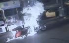 Đổ xăng không tắt máy, người và xe bốc cháy đùng đùng