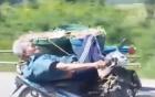 Video: Ông lão nằm ngửa lái xe máy 1 tay