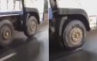 Xe tải bị kẹt chết bánh trước vẫn chạy bon bon trên đường