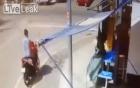 Video: Bố đánh rơi con khi đi xe máy