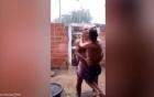 Video bố trung niên bế con tật nguyền cao lớn tắm mưa gây xúc động