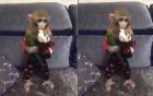 Khỉ con phấn khích gặm hoa quả cực đáng yêu