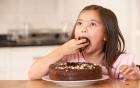 Những thực phẩm không nên cho trẻ ăn trước khi đi ngủ