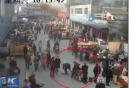 2 gã đàn ông dàn cảnh đụng xe để móc túi người phụ nữ đi xe máy