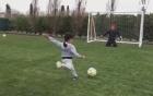 Ronaldo bị con trai đánh bại bằng cú sút 11m kiểu panenka
