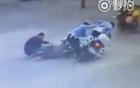 Đi ngược đường, hai thanh niên đâm ngay cảnh sát