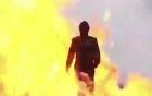 Video: Cô gái bước đi giữa bom đạn vẫn không hề xây xước
