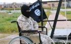 Đao phủ IS ngồi xe lăn hành quyết tù nhân