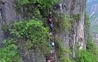 Video: Học sinh tiểu học leo qua 800m vách đá dựng đứng để tới trường