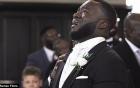 Video chú rể khóc nức nở khi nhìn thấy cô dâu bước vào giáo đường