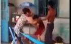 Clip con trai cầm chổi đánh mẹ gây phẫn nộ