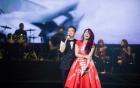 Mỹ Tâm ngại ngùng khi Đàm Vĩnh Hưng ôm hôn trên sân khấu