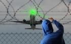 Chiếu tia laser vào máy bay có thể bị phạt tù 5 năm 4