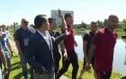 Lộ nguyên do Ronaldo ném micro phóng viên xuống hồ nước
