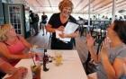 Phu nhân Thống đốc ở Mỹ làm bồi bàn vì lương chồng quá thấp