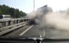 Video: Xe bồn đâm xuyên 3 làn đường, bốc cháy dữ dội