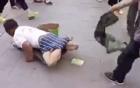 Sốc với video bóc mẽ người đàn ông giả vờ tàn tật đi ăn xin