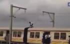 Thanh niên đứng trên nóc tàu hỏa né đường điện cao thế y như phim hành động