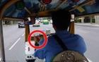 Video: Đang đi xe tuk tuk ở BangKok khách bị giật túi xách táo tợn