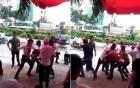 Video: Mời bia không uống, hai nhóm thanh niên hỗn chiến trong đám cưới