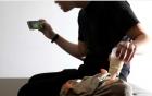 Bé gái tử vong vì bố vừa cho bú bình vừa chơi điện thoại