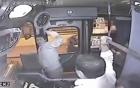 Clip: Giở trò cướp giật trên xe bus, bị bác tài vác gậy đập cho tơi tả